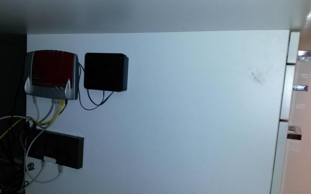 Nachher: Kabelorganisation unter dem Schreibtisch
